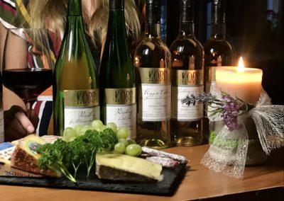 Wein und Käse im Weingut Kopp